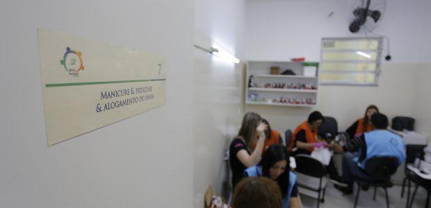 Curso de manicure oferecido pelo grupo EVG