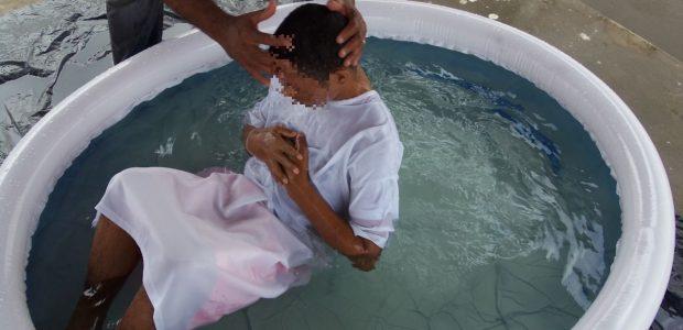 Em todas as partes, presos eram batizados, um a um