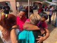 Os voluntários distribuíram água, alimentos e outros recursos.