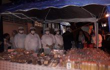 População recebe doação de alimento enquanto espera ser atendida em filas de hospitais