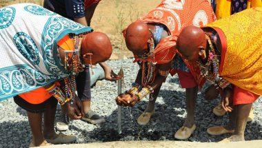 Universal doa poço para tribo africana que não tinha água para beber