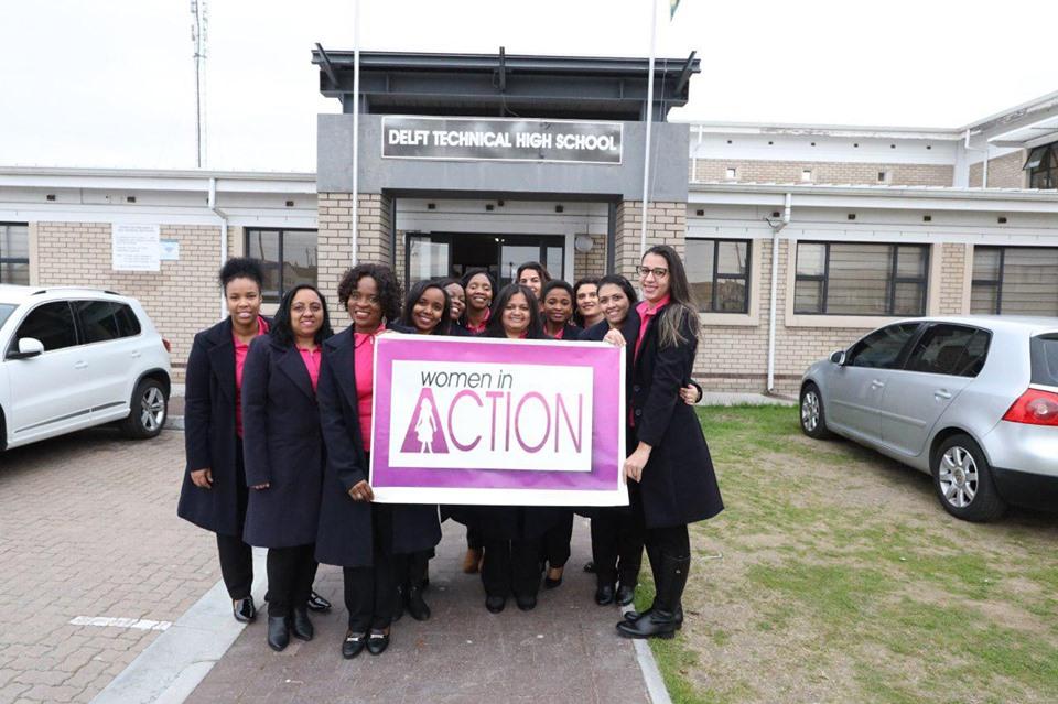 Voluntárias dão palestra de conscientização sobre o câncer a jovens na África do Sul