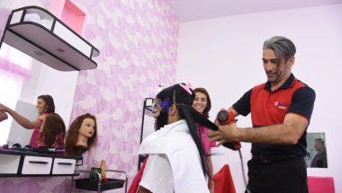 Para afastar presas do crime, escola é inaugurada para formar cabeleireiras dentro de penitenciária