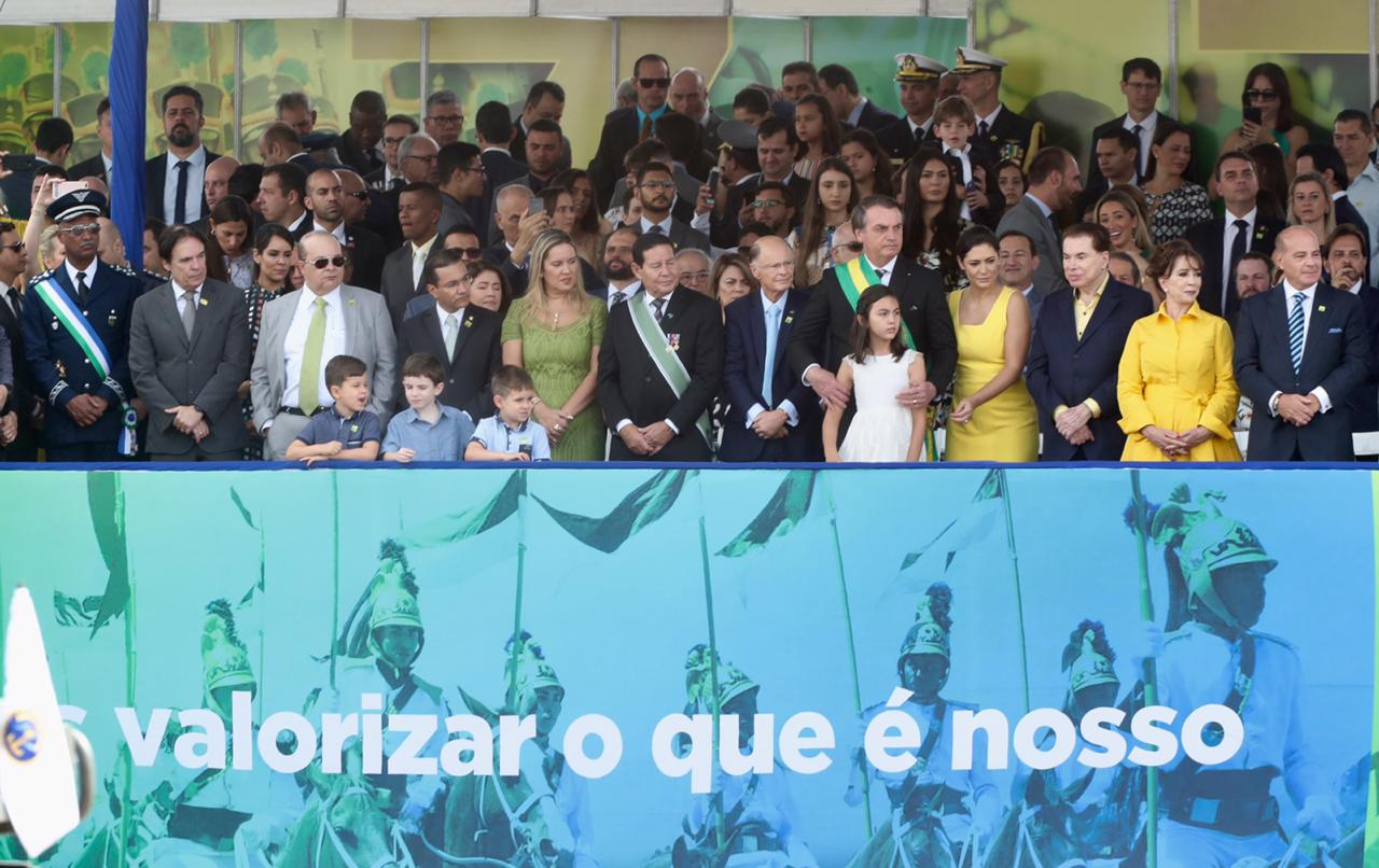 Bispo Edir Macedo assiste desfile cívico-militar ao lado do presidente Jair Bolsonaro
