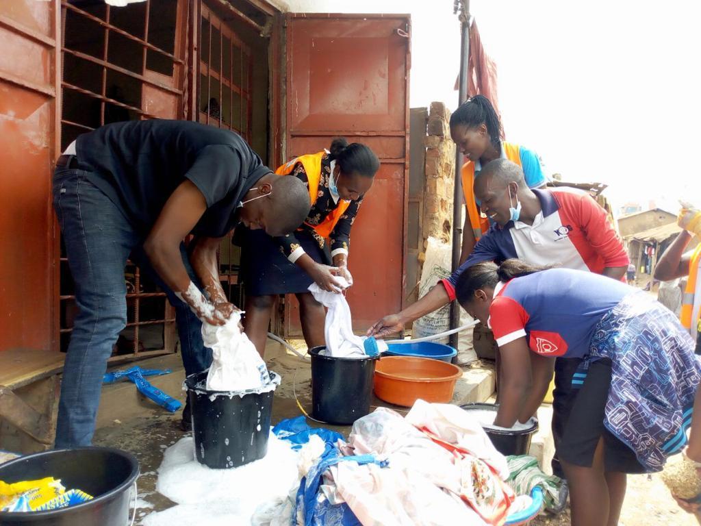 Faxina comunitária: Jovens ugandenses ajudam idosos abandonados a limparem a casa onde residem