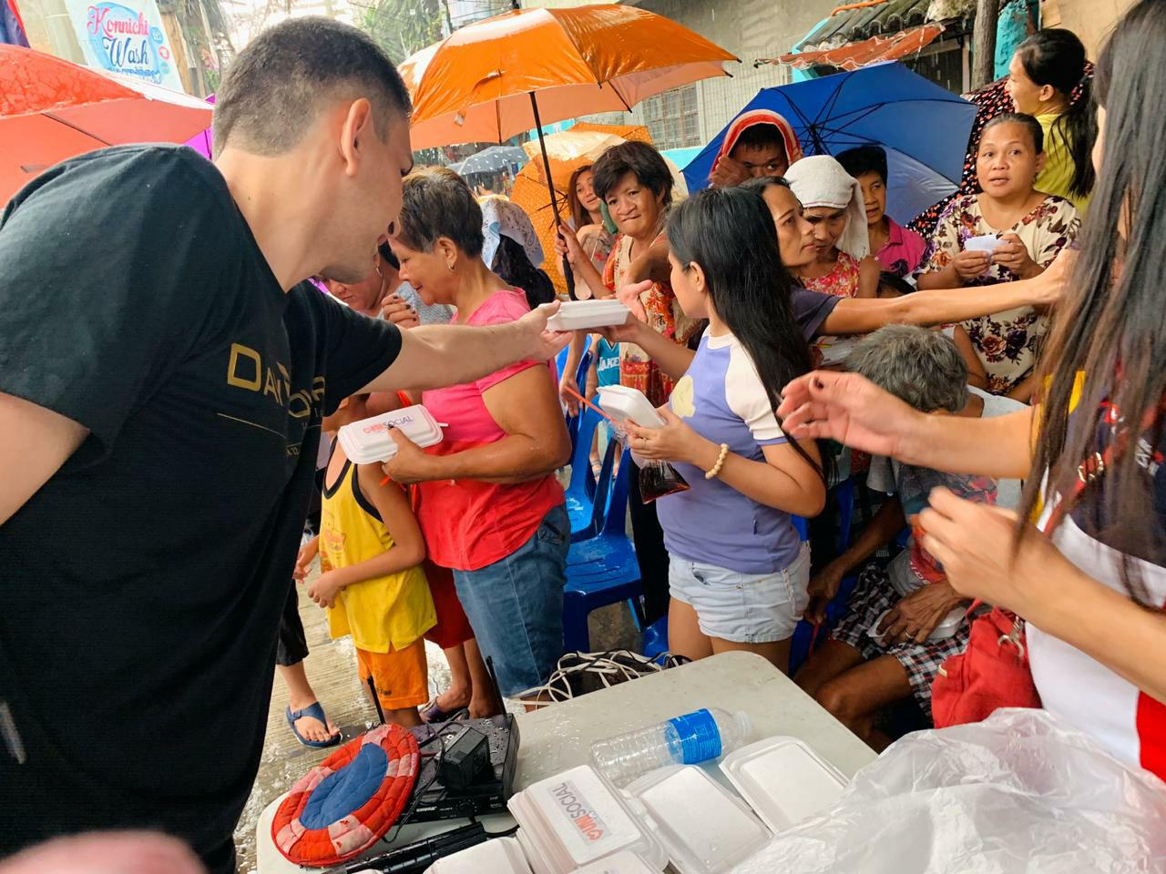 Voluntários da Universal ajudam pessoas carentes nas Filipinas