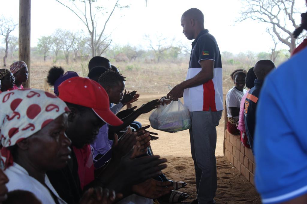 Sem ter o que comer, moradores de aldeia de Moçambique recebem doações para sobreviver