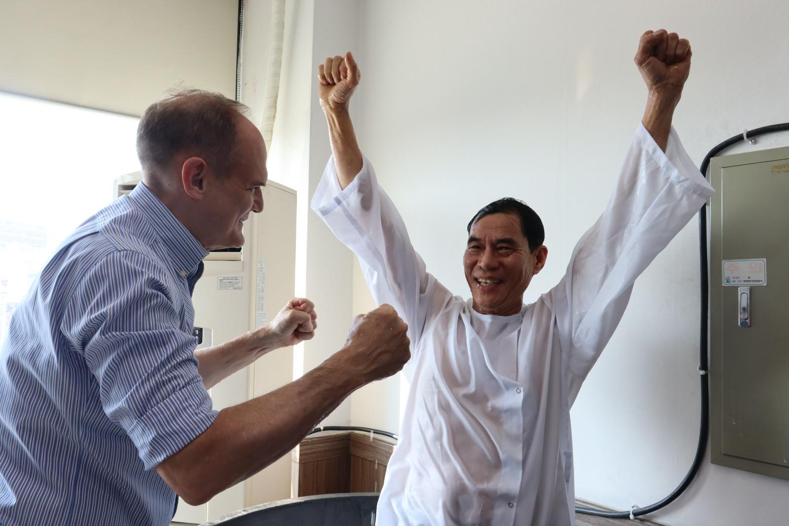 """""""Eu sou um milagre"""", diz filipino que se batizou nas águas"""