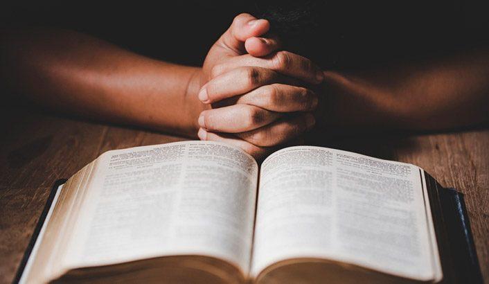 Demande la prière, mais limite le sacrifice