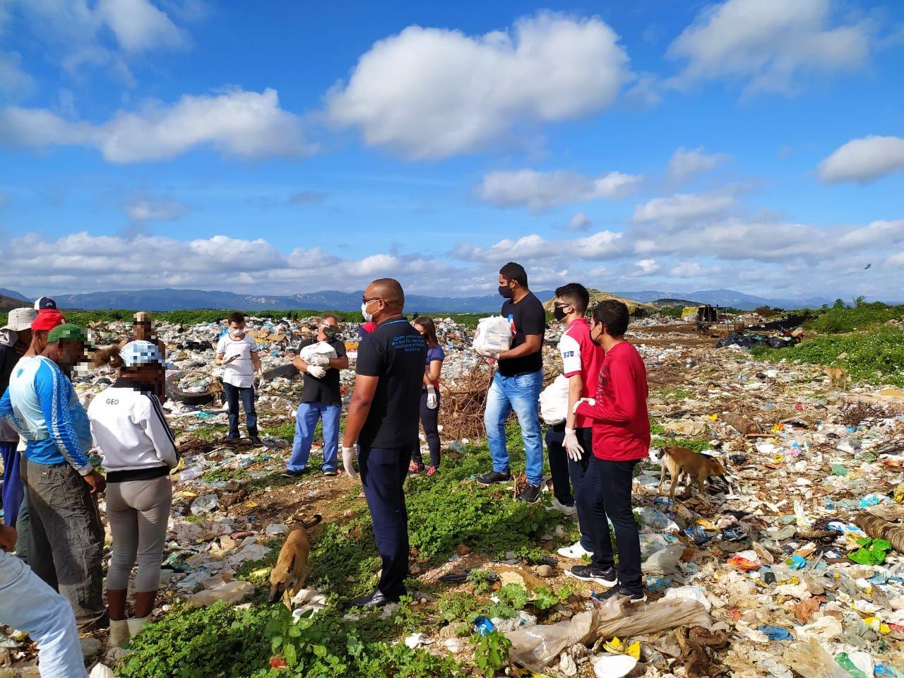 Famílias que sobrevivem do lixão em Patos recebem ajuda dos voluntários da Universal