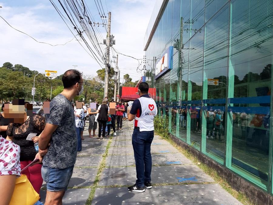 Milhares de máscaras foram entregues em filas de bancos e lotéricas de Guarulhos