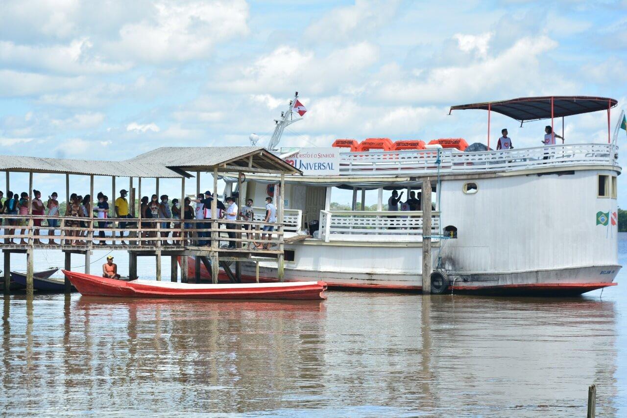 A uma hora de barco de Belém, no Pará, comunidade ribeirinha recebe doação de alimentos