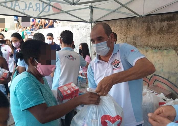 Moradores da comunidade de Itaquera, zona leste de São Paulo, recebem ajuda
