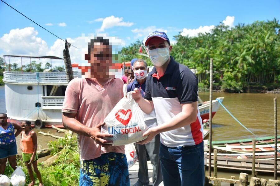 Voluntários entregam doações a famílias de comunidade ribeirinha isolada no Pará