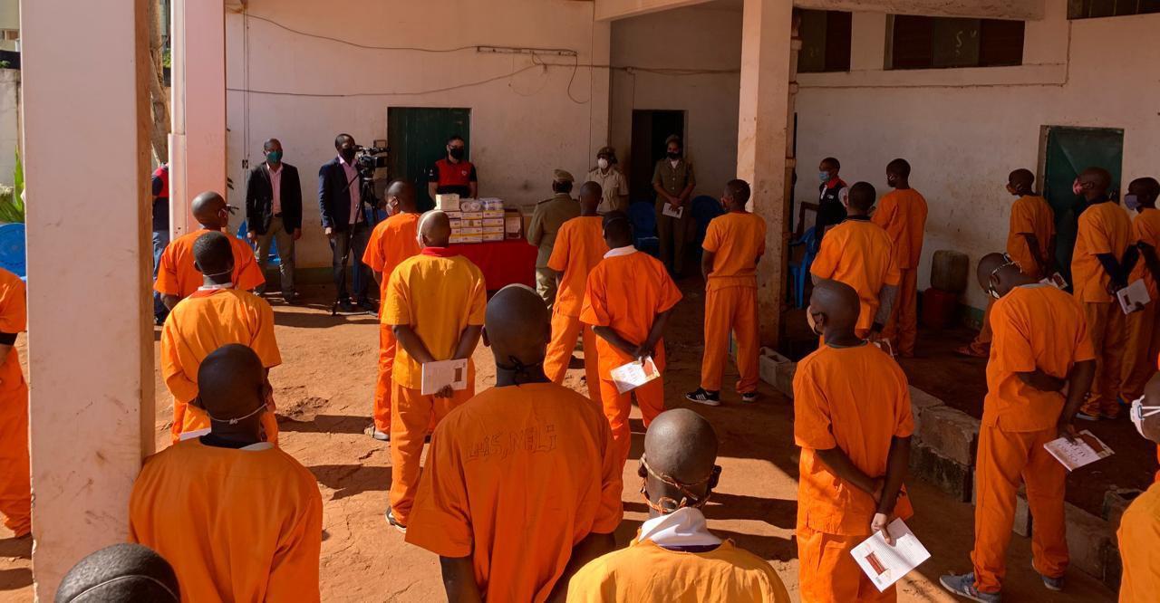 Reclusos recebem livros e kits de higiene em Namaacha, sul de Moçambique
