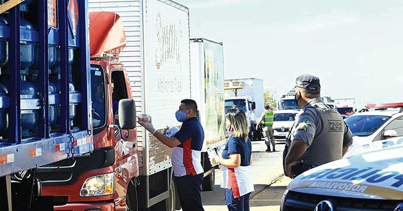 Mais de 7 mil caminhoneiros recebem apoio no estado de Goiás