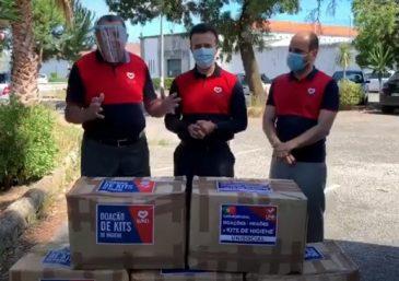 Moradores de rua em Braga, Portugal, recebem ajuda de voluntários da Universal