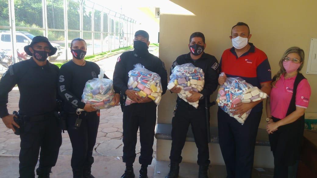 Encarcerados recebem ajuda física e alimento para a alma