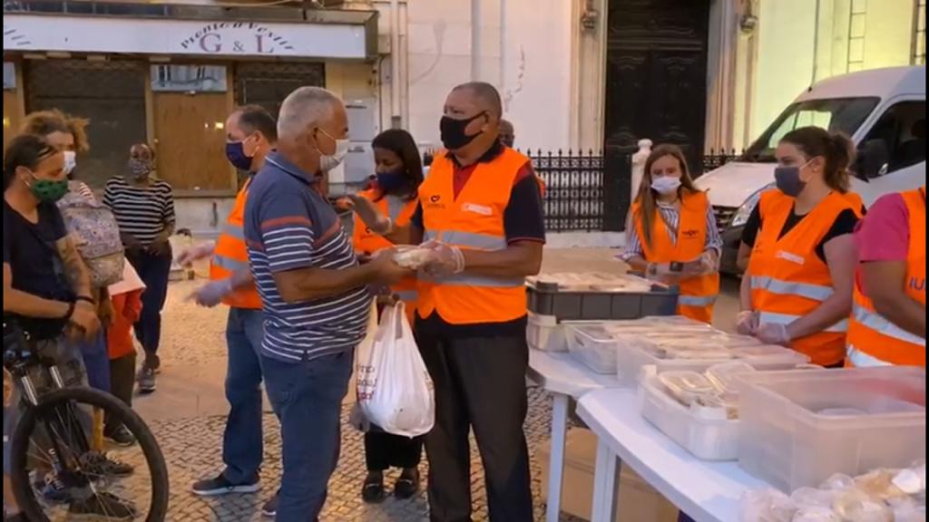 Pessoas em situação de rua recebem alimento em Lisboa, capital portuguesa