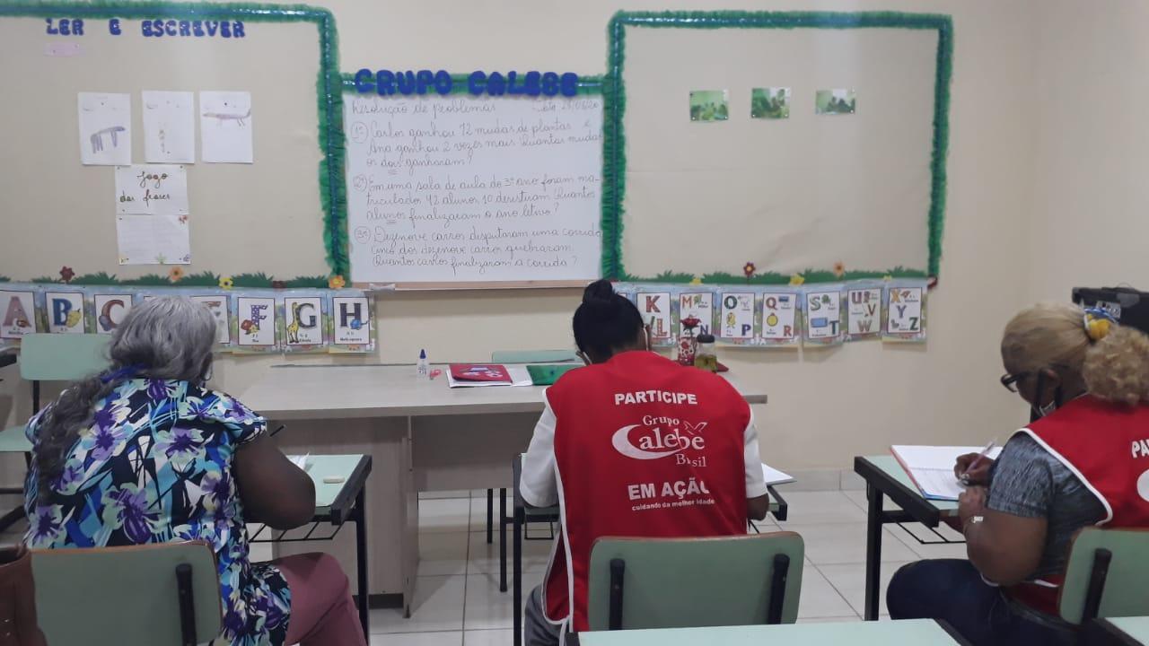 Do analfabetismo à faculdade: iniciativa ajuda jovens e adultos a mudar de vida