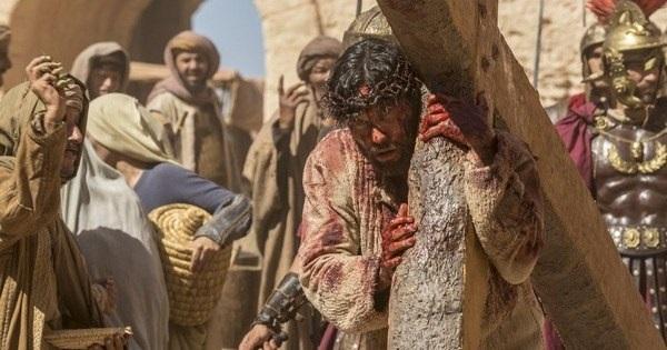 Jesus começa a carregar sua cruz