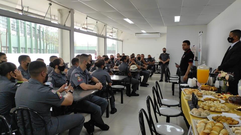 Alunos soldados participam de palestra para prevenir decepção amorosa