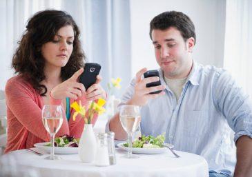 Nádia desconfia que namorado tenha algo a mais com a ex