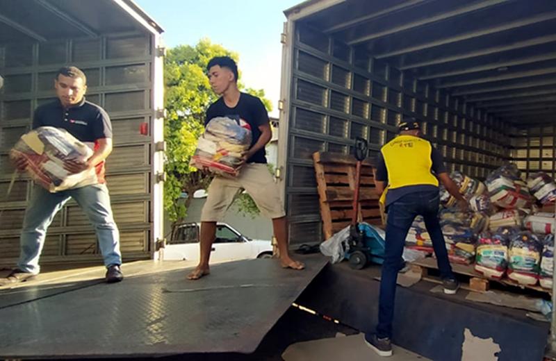 Voluntários da Universal ajudam vítimas de enchentes