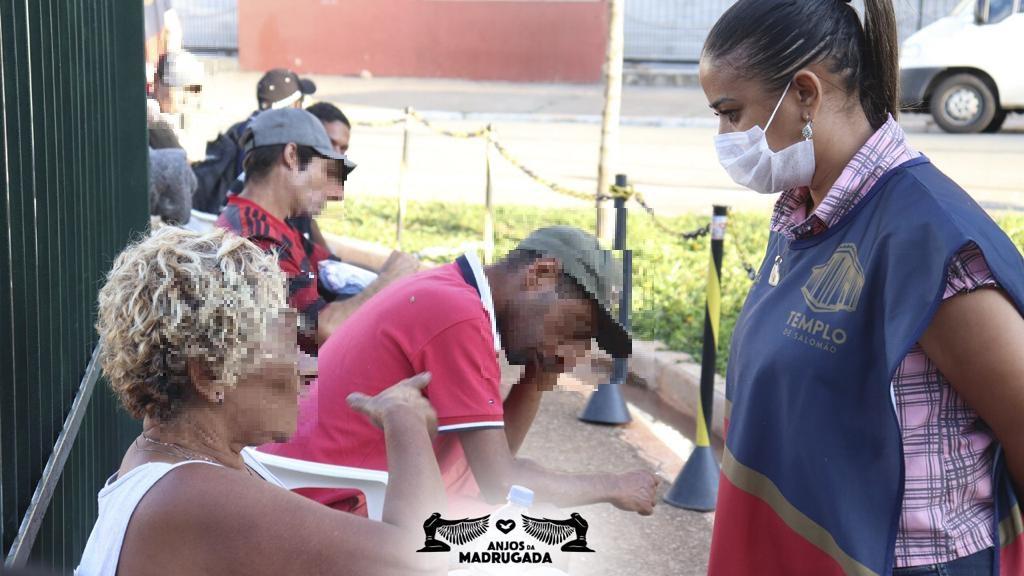 Voluntários oferecem ajuda imediata a pessoas em situação de rua em São Paulo