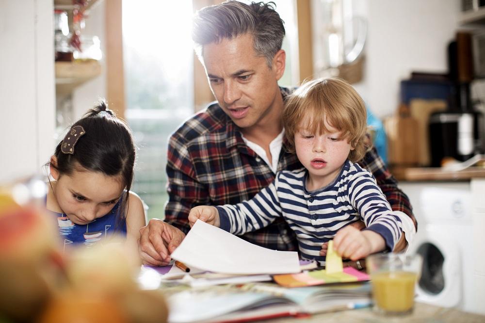 Cartilha ensina pais a manter bom relacionamento com os filhos durante quarentena