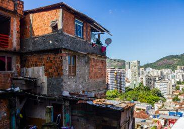 Voluntários levam fé e esperança a familiares nas áreas externas dos hospitais no Paraná