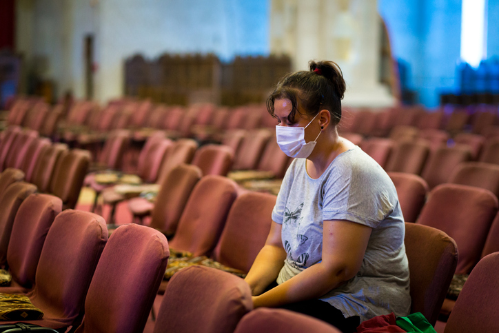 Jornais atacam decisão que libera abertura de igrejas