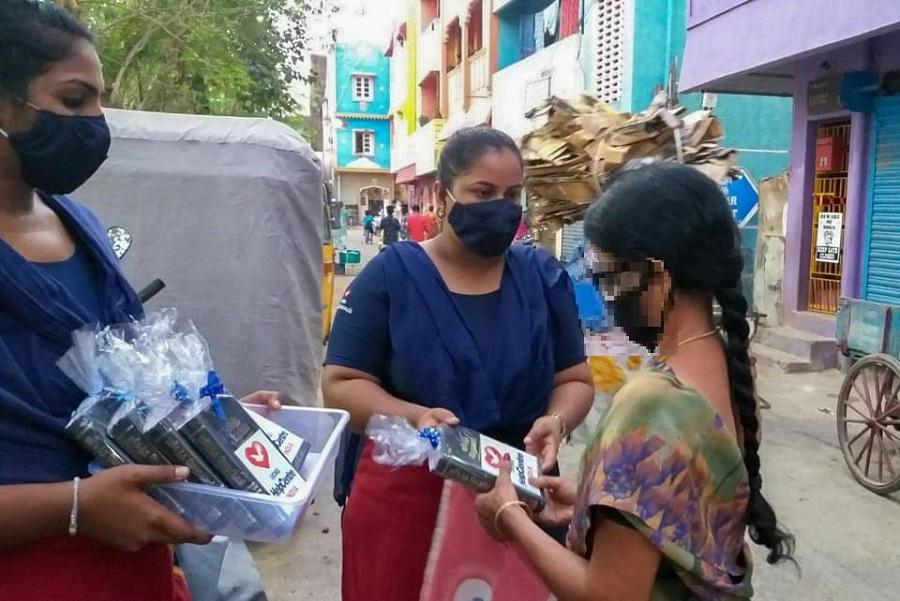 Voluntários levam a Palavra a moradores de comunidade na Índia