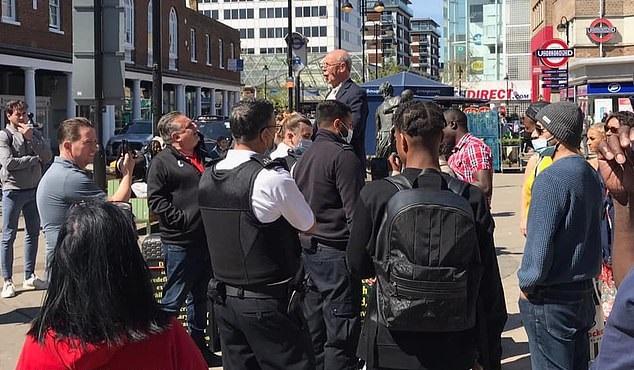 Pastor idoso é detido por explicar a Bíblia em público