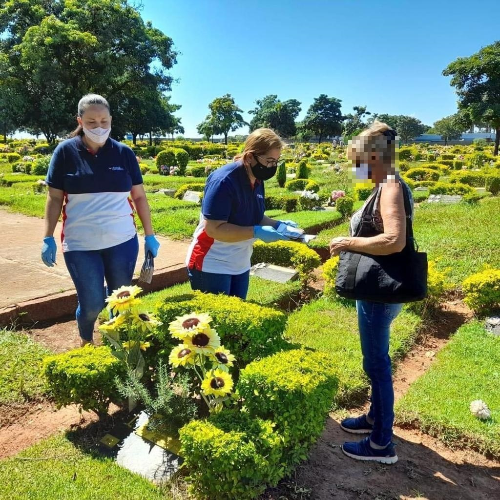 Voluntários levam palavras de conforto a desconhecidos em velórios e cemitérios