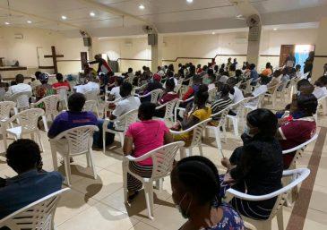 Voluntários levam alimento físico e espiritual a moradores de comunidade em Chennai, na Índia