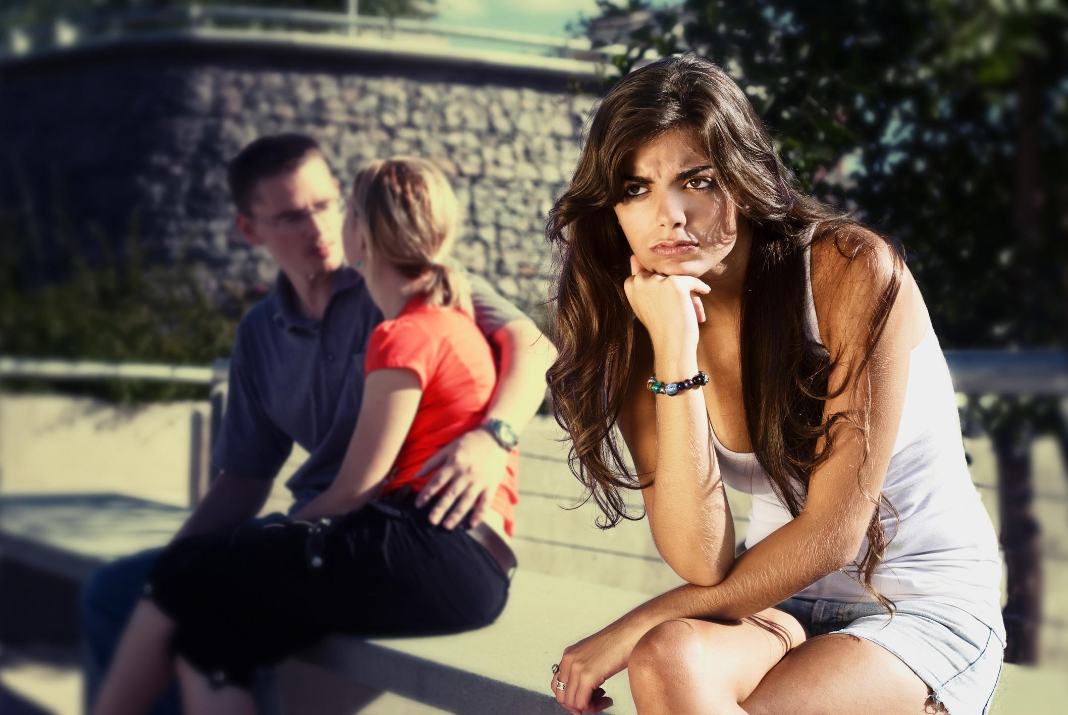 """5 dicas para lidar com o """"peso"""" de estar solteiro5 min read"""
