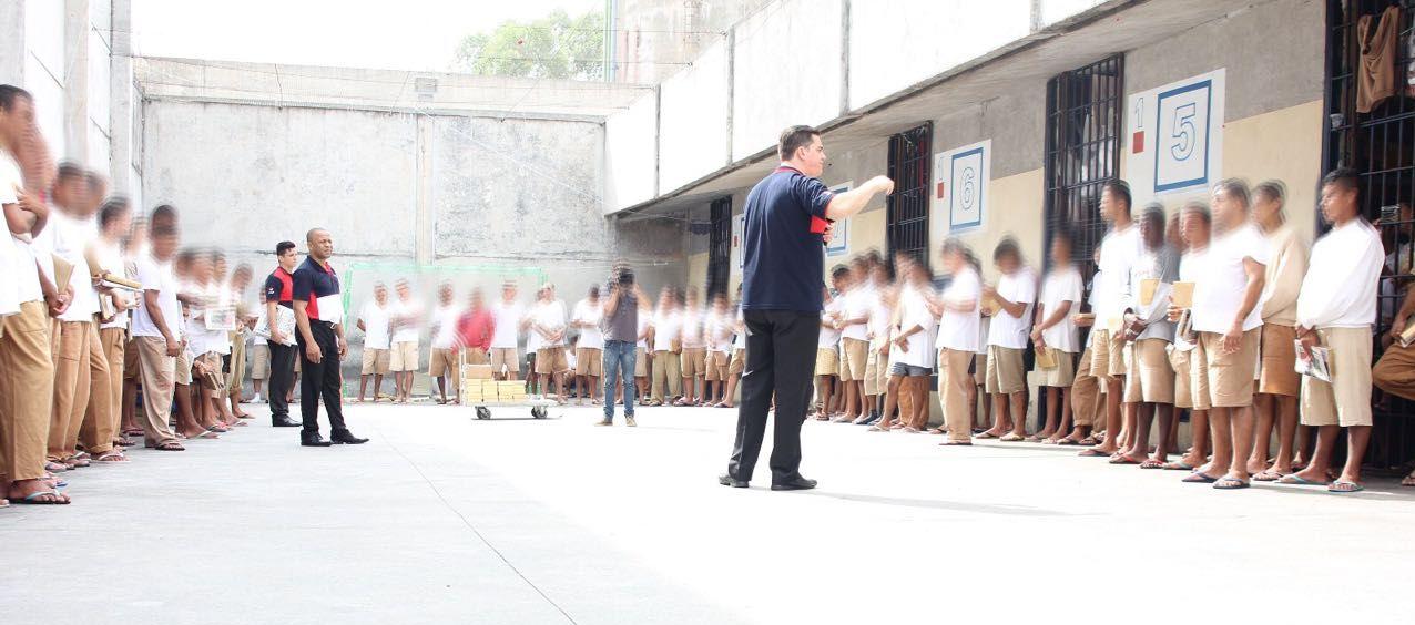 Atrás das grades, presos encontram liberdade1 min read