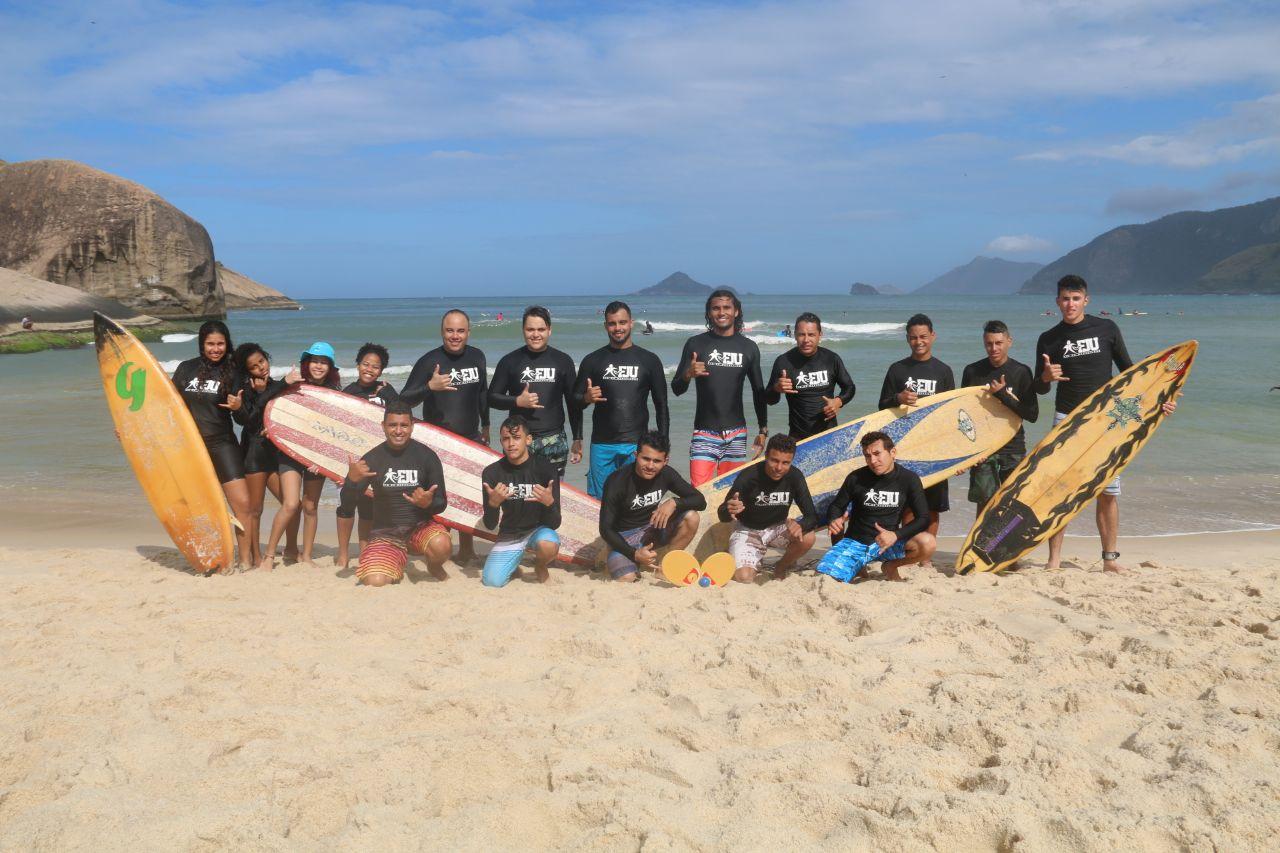 Voluntários da Força Jovem participam de aula de surf no Rio de Janeiro2 min read