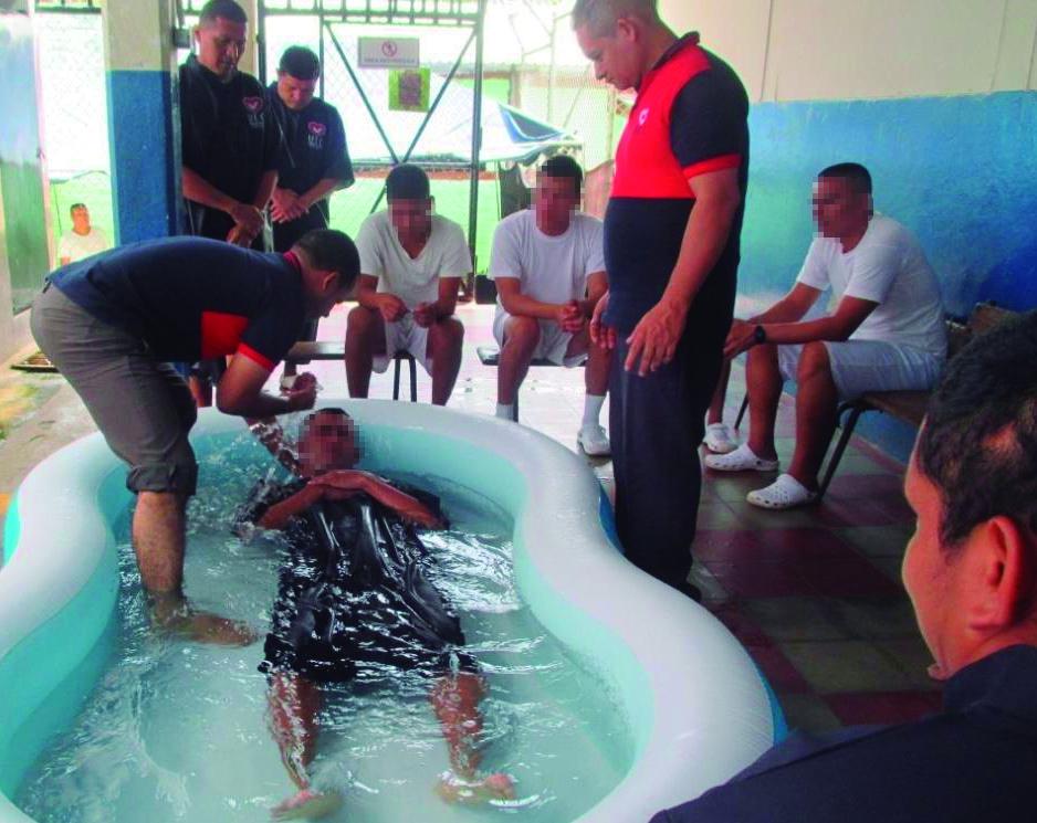 Detentos de El Salvador e República Dominicana se batizam nas águas