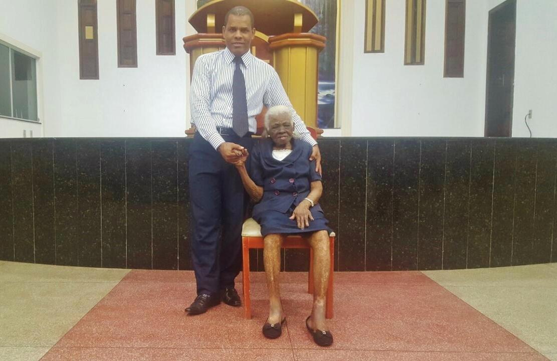 Ela tem 104 anos de idade e ainda serve a Deus como obreira