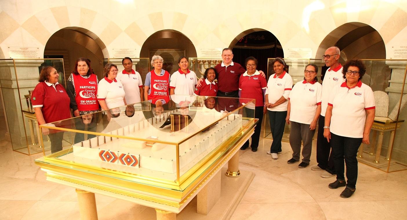 Grupo de idosos faz o tour pelo Jardim Bíblico pela primeira vez