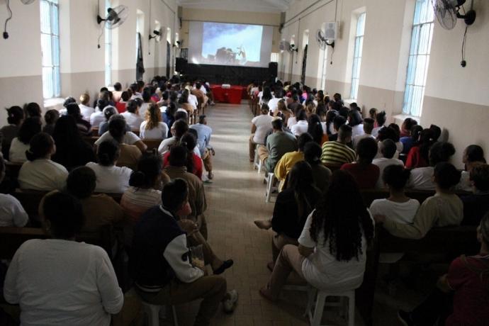 Sessão de cinema é realizada em presídio feminino2 min read