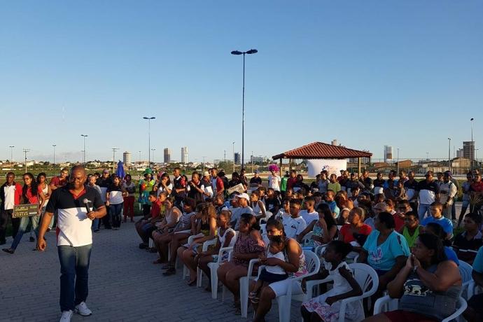 Jovens se reúnem em Feira de Santana, na Bahia, para orar2 min read