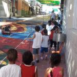 Crianças passeiam em rua enfeitada para a Copa do Mundo
