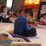 crianças fecham os olhos em aula de meditação