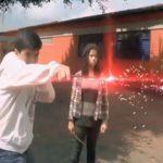 Cena de curta-metragem feito por estudantes em que aluno solta raio feito por efeito especial no computador