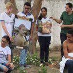 Alunos mostram cartazes do projeto etnias do mundo
