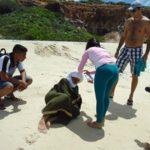 Alunos vestidos como árabes em praia