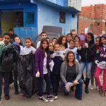 Professora Debora Garofalo posa com alunos na rua